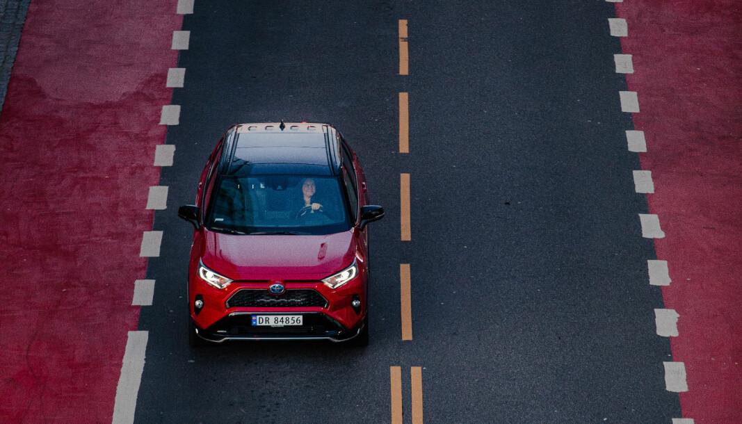 """<span class=""""font-weight-bold"""" data-lab-font_weight_desktop=""""font-weight-bold"""">I STØTET: </span>Med inntil 90 km elektrisk rekkevidde setter Toyota RAV4 en ny standard for de ladbare hybridene."""