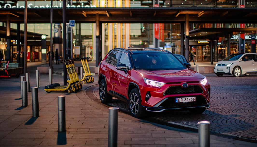 DYRERE: Toyota RAV4 er blant Norges mest populære biler for tiden, men regjeringsskiftet kan løfte prisen kraftig.