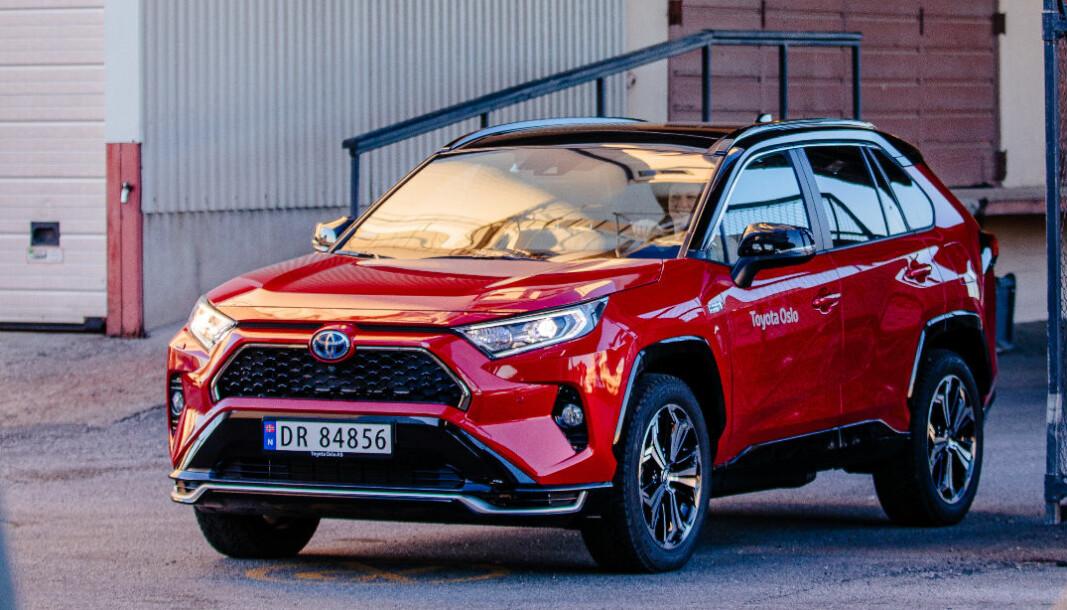 I STØTET: Med inntil 90 km elektrisk rekkevidde setter Toyota RAV4 en ny standard for de ladbare hybridene.