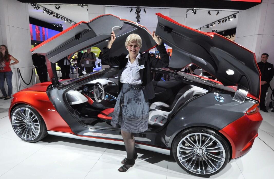 """<span class=""""font-weight-bold"""" data-lab-font_weight_desktop=""""font-weight-bold"""">TENKEBOKSEN:</span> Anne Sønsteby med konseptbilen Evios i 2010, en stund før Ford begynte å pønske på å elektrifisere Mustang-navnet."""