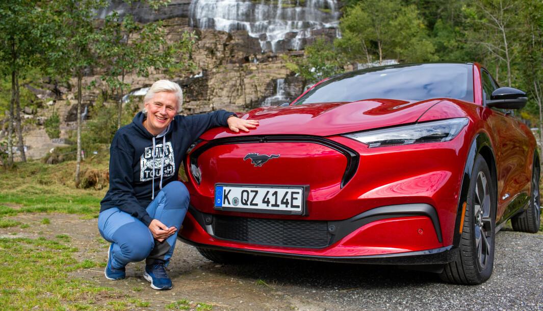 """<span class="""" font-weight-bold"""" data-lab-font_weight_desktop=""""font-weight-bold"""">FORD-SJEF:</span> Informasjonsdirektør i Ford Norge, Anne Sønsteby, kan smile over salget av Mustang Mach-E, men må tåle kritikk for manglende evne til å nå ut til eierne om problemene som er avdekket."""