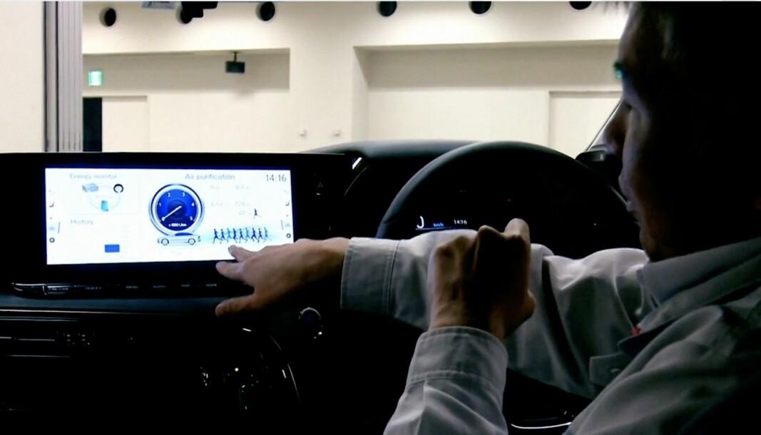 "<span class=""font-weight-bold"" data-lab-font_weight_desktop=""font-weight-bold"">LUFTRENSER:</span> Sjefingeniør Ryo Shimizu med displayvisningen av luftrensningsregnestykket du kan følge i nye Toyota Mirai."