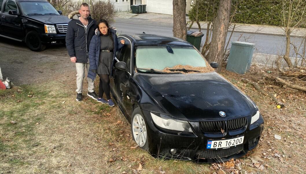 VENTER PÅ HJELP: Cindy Rivas-Montano og Daniel Lundgren med BMWen de ikke får brukt, mens de venter på hjelp fra forbrukerapparatet.