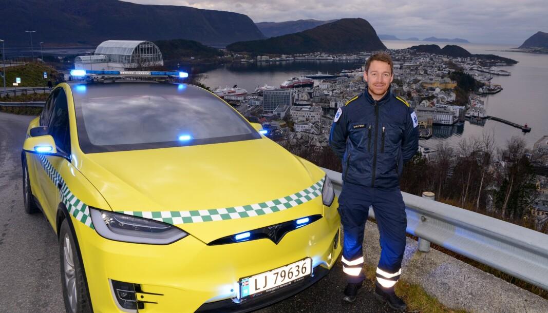 TESLAMBULANSE: Jon-Ola Wattø med sin nye ambulanse-stolthet kneisende over Ålesund.