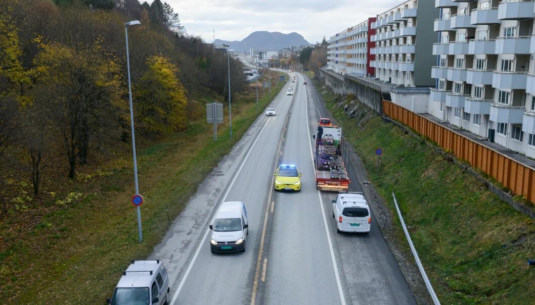 """<span class="""" font-weight-bold"""" data-lab-font_weight_desktop=""""font-weight-bold"""">SJELDEN:</span> Her er Tesla-ambulansen på øvelse på vei ut fra Ålesund sentrum. Bilen blir primært brukt til å øve opp ambulansesjåfører."""