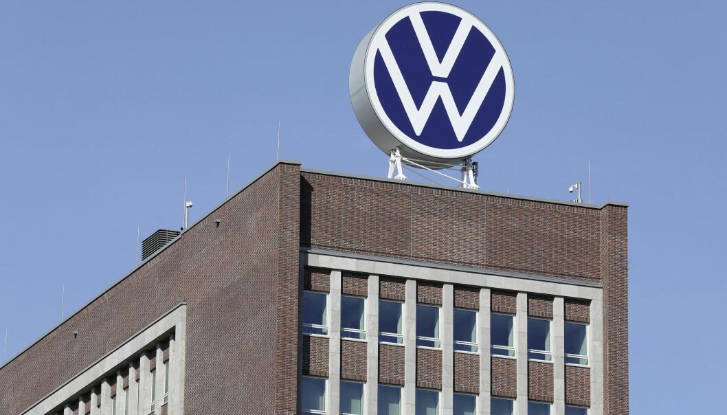 ELEKTRISKE TIDER: VW-logoen på toppen av Markenhochaus i Wolfsburg.