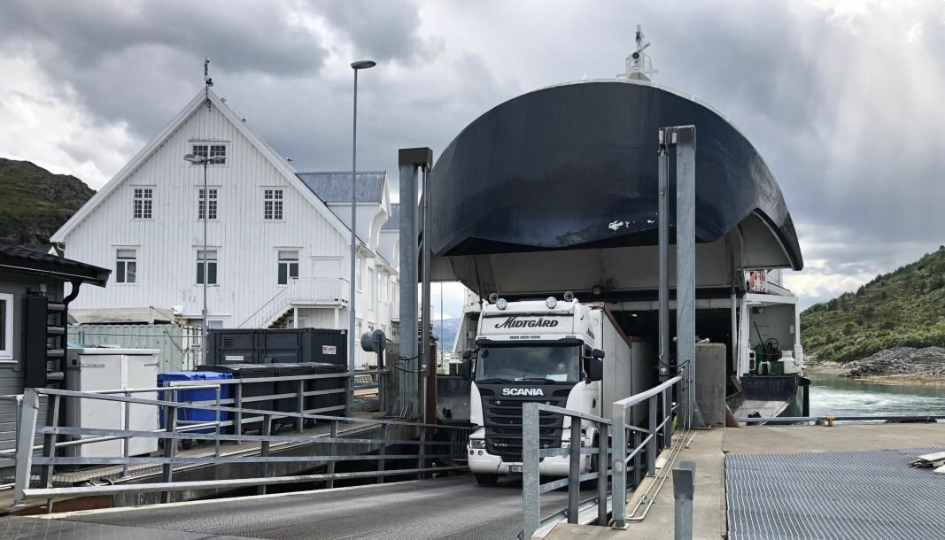 DYRT: På ferjesambandet Vennesund-Holm på Helgeland må de fleste bobilene betale «lastebiltakst» på over 300 kroner, og i noen tilfeller opp mot 500 kroner. Personbiltaksten er på bare 128 kroner.