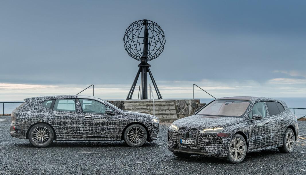 DAGENS DOBBEL: BMWs kommende iX, i en standard- og en sportsversjon (til høyre), foran globusen på Nordkapplatået.