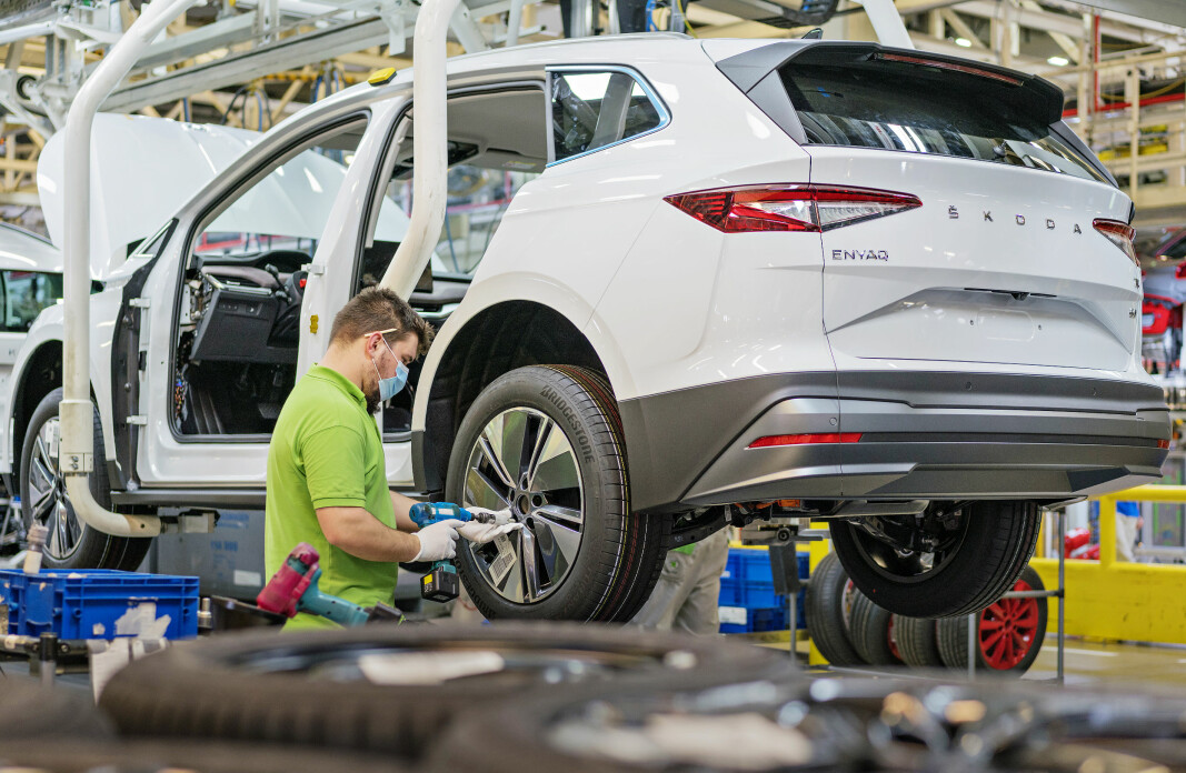 BREMSES: Škoda Enyaq, her under bygging i fabrikken i Mladá Boleslav, er en av bilene som kan forsinkes av prosessor-mangelen.