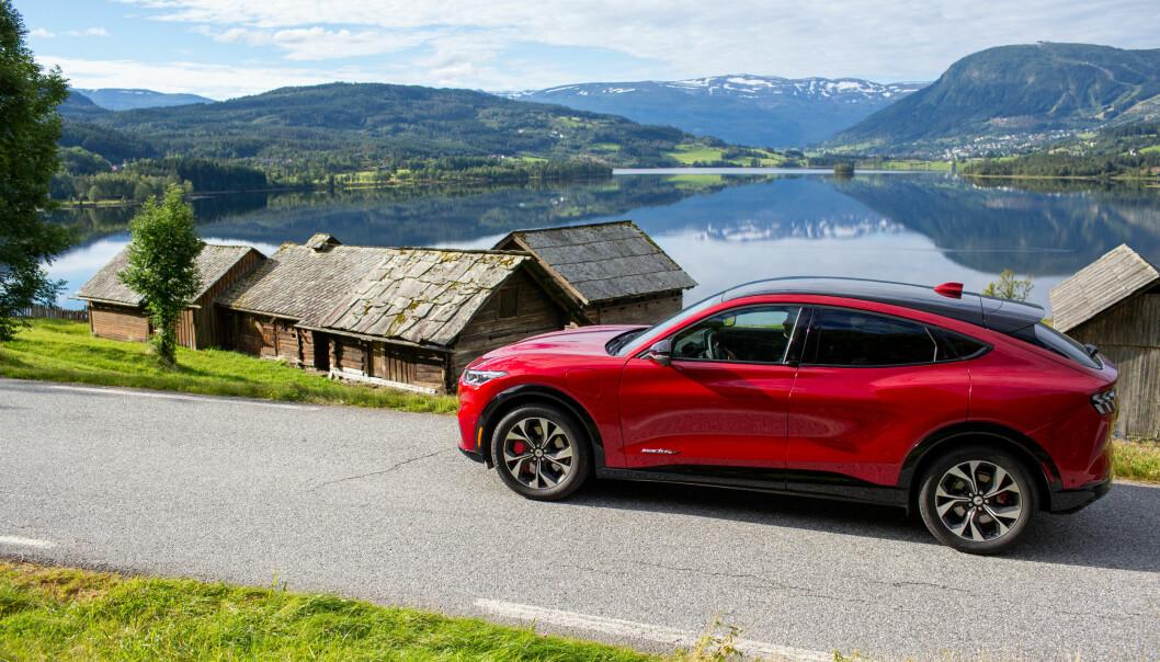 IDYLL: Mustang Mach-E under sitt første besøk i Norge, her ved Nesheim-tunet i Voss kommune.
