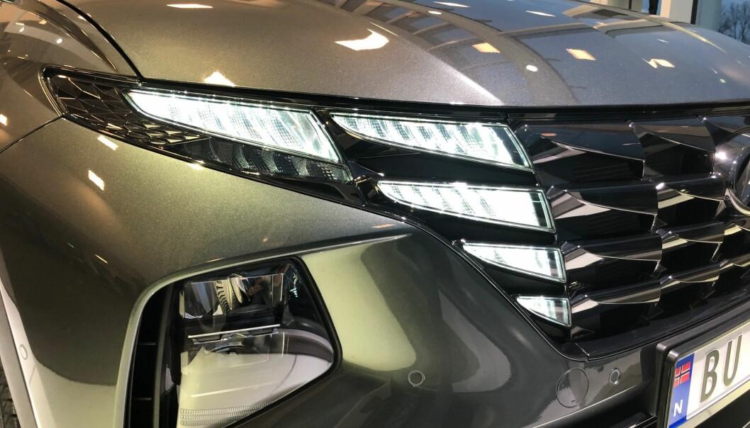 """<span class="""" font-weight-bold"""" data-lab-font_weight_desktop=""""font-weight-bold"""">SPEKTAKULÆRT:</span> LED-lys-teknologien gjør det enklere å lage spesielle lysdesign. Men dette, fra Hyundai, er det foreløpig få som kan matche."""