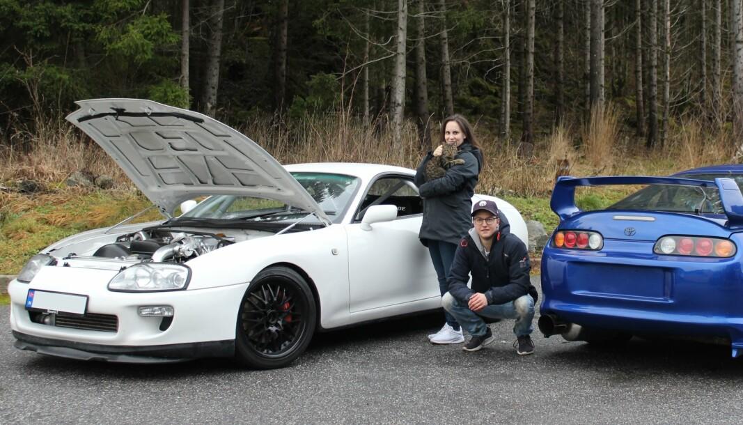 VILLKATTER: Anders og kona Sara pleier to Toyota Supra MK4 og én katt ved navn Catchy. – Det er ryddig å nevne at bilene allerede var omfattende ombygd da vi fikk dem. Begge to. Slik at det ikke ser ut som vi tar æren fra de tidligere eierne, sier Anders.