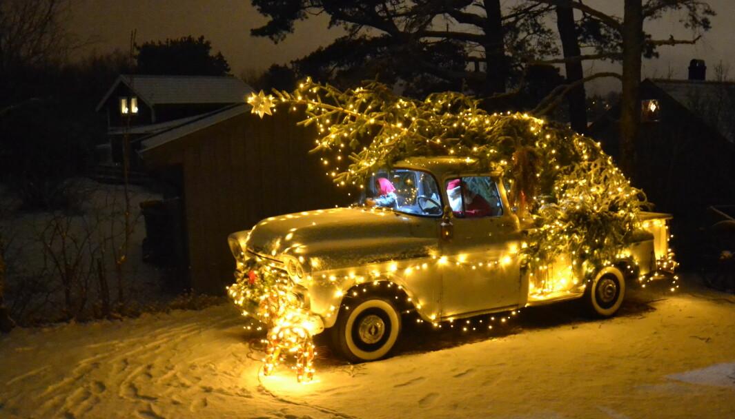 NISSESLEDE: Nei Alfredsen er ingen pynteperson, men mykner til når jula kommer. Den amerikanske, lille lastebilen blir et lysende midtpunkt på tunet.