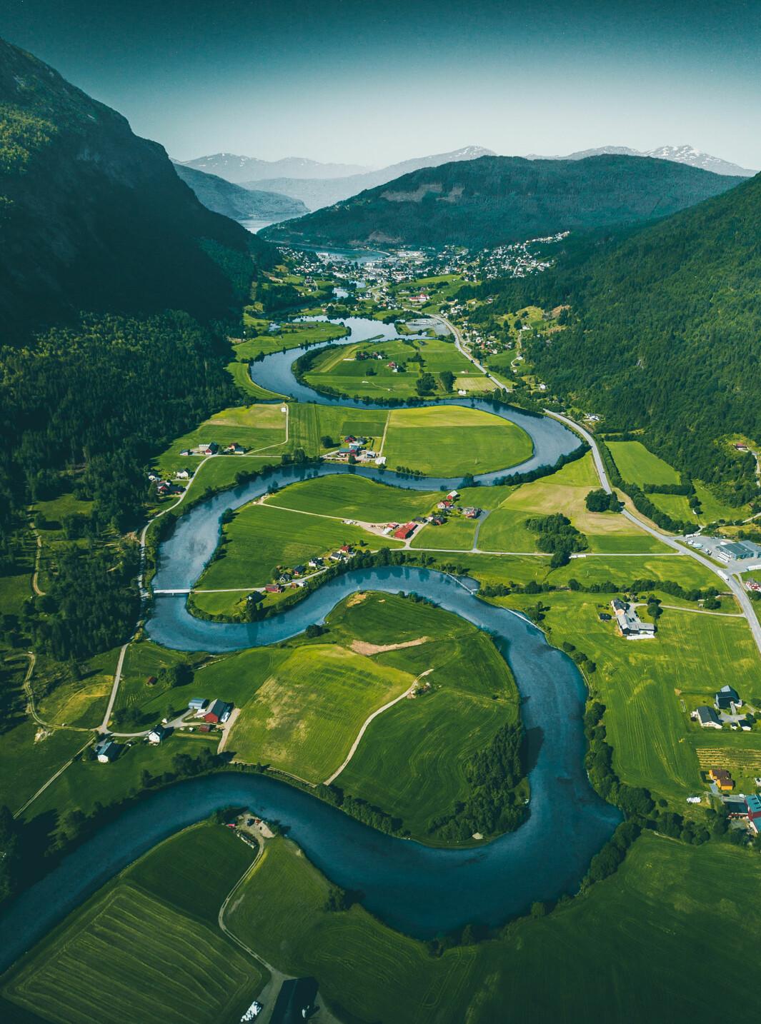 """<span class=""""font-weight-bold"""" data-lab-font_weight_desktop=""""font-weight-bold"""">TIL FJORDEN: </span>Stryneelva slanger seg ned mot Stryn innerst i Nordfjord."""