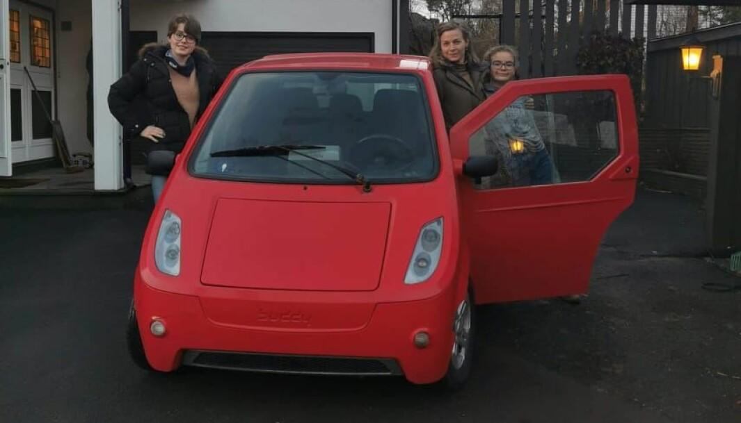 FAMILIELYKKE: Anne Perstølen (i midten) og Pia og Kaja Perstølen Halvorsen omfavner familiens Buddy som har bikket 100.000 på kilometertelleren.