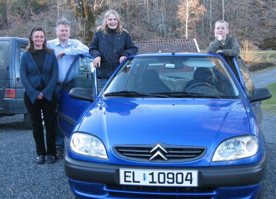 STRØMSPARER: Grimstad-familien Austefjord på vei til elbil-treff i 2008, arrangert av nettportalen evguide.nu. Fra venstre Torunn, Gaute, Birgitte og August.
