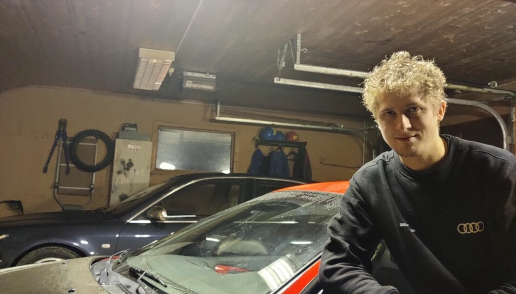 "<span class="" font-weight-bold"" data-lab-font_weight_desktop=""font-weight-bold"">GARASJEN:</span> Oscar med to av sine stoltheter, en rød Mitsubishi Eclipse og en blå Audi S8. Han har seks biler til."