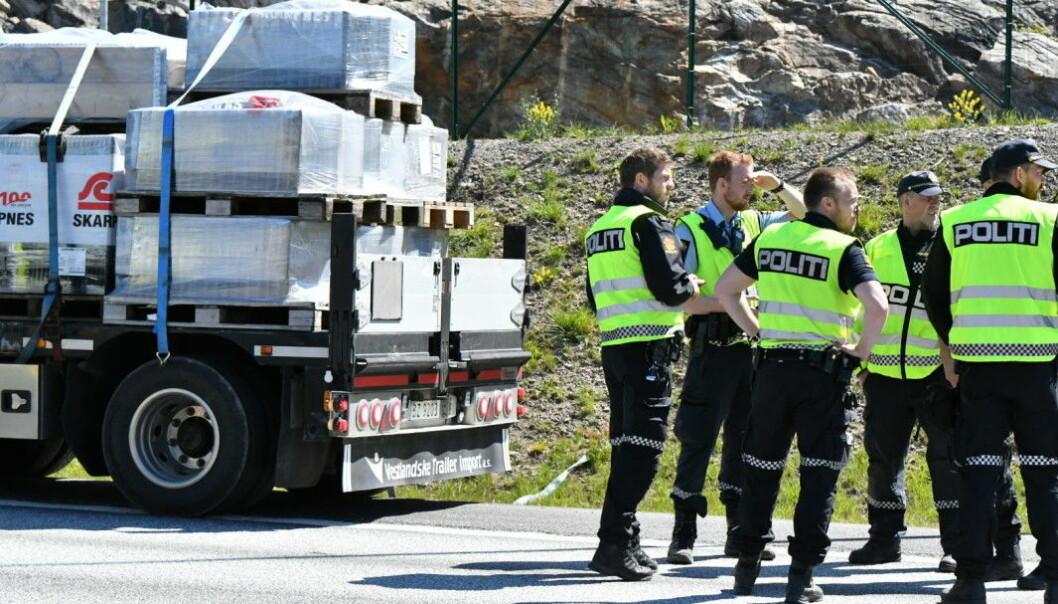GRANSKING: Politiet på ulykkesstedet langs E18 i sommer.