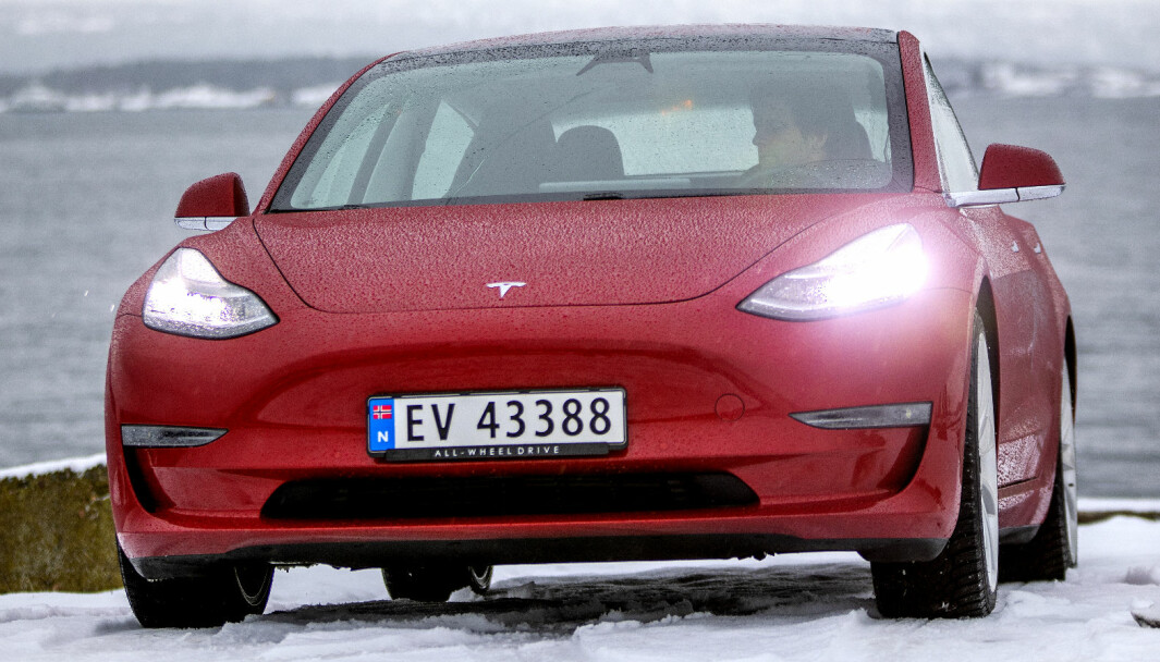 EN HÅRSBREDD FORAN: Tesla Model 3 klarte på årets siste dag å passere VW ID.3 på registreringsstatistikken og ta sølvmedaljen for 2020