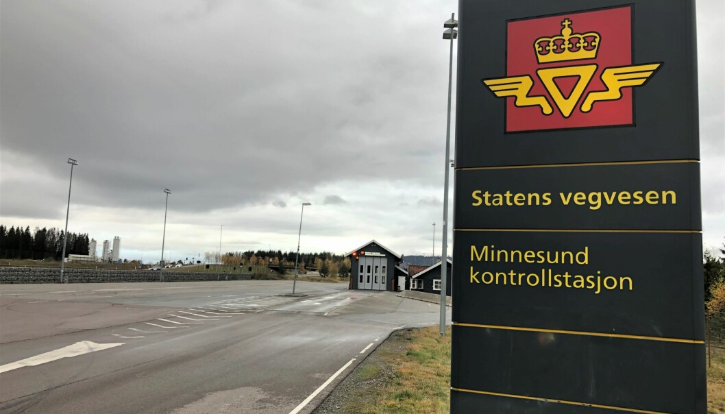 TOMT: På den store kontrollstasjonen på Minnesund, langs motorveien mellom Oslo og Hamar, er det nesten aldri kontroller av personbiler.