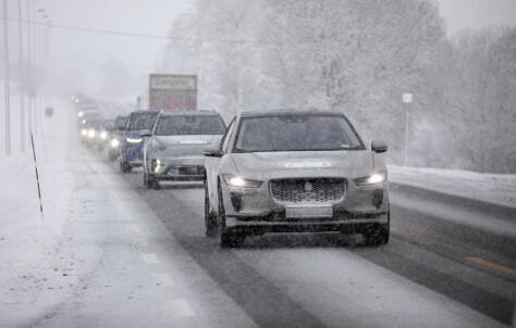 Så mye kortere går elbilen i vinterkulda