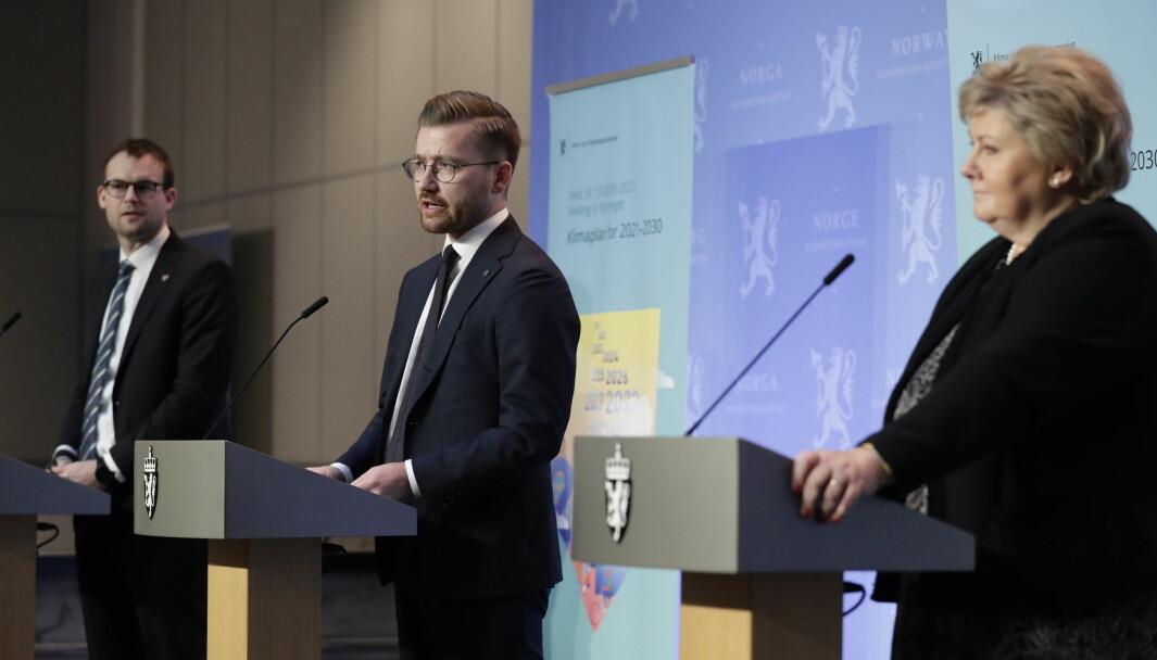 NY MELDING: Klima- og miljøminister Sveinung Rotevatn flankert av statsminister Erna Solberg og KrF-leder Kjell Ingolf Ropstad under fremleggelsen av Klimaplan for 2021-2030.