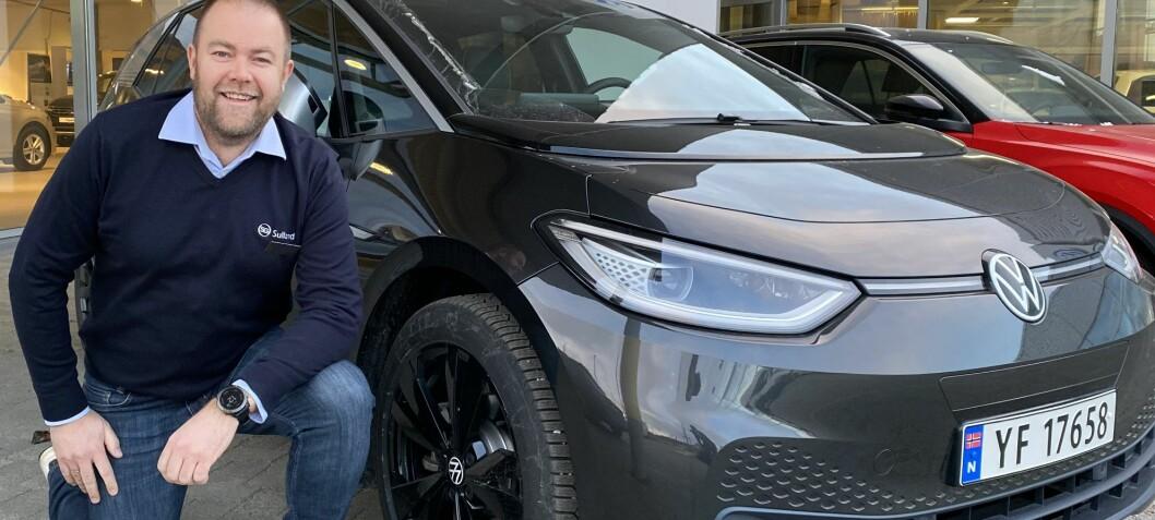Denne bilselgeren vil helst selge elbil med fossil-skilt