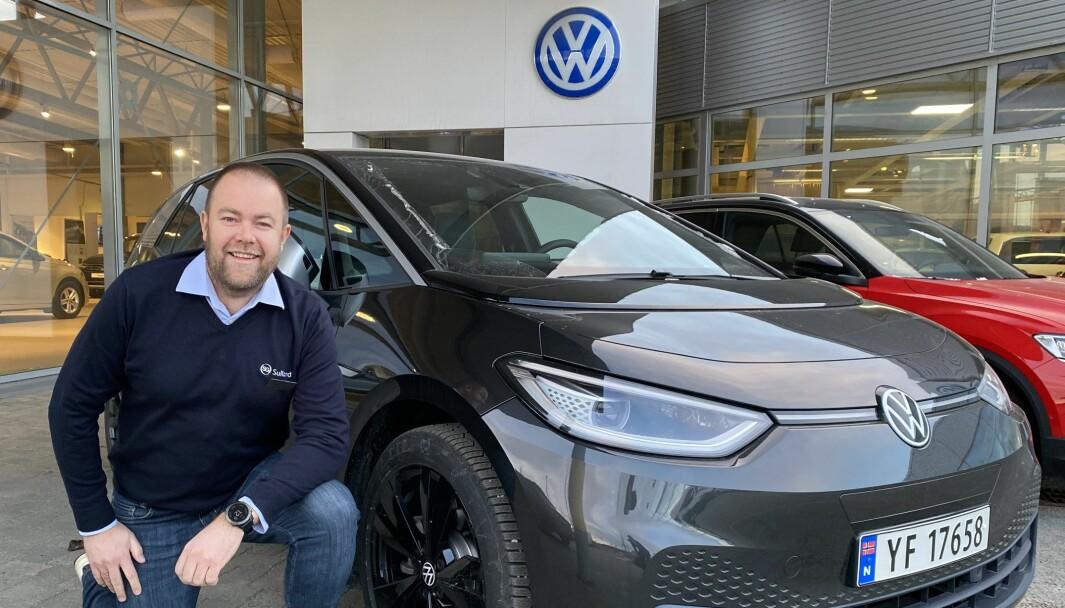 SJEKK SKILTET: Daglig leder Fredrik Torbjørnsen hos Sulland i Bodø med en VW ID.3.