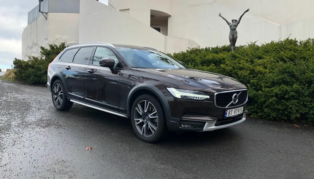 """<span class="""" font-weight-bold"""" data-lab-font_weight_desktop=""""font-weight-bold"""">FAVORITTEN</span>: Volvo V90 med litt terrengeffekter og bedre bakkeklaring, har tilnavnet Cross Country. Kanskje den beste bilen Volvo har laget."""