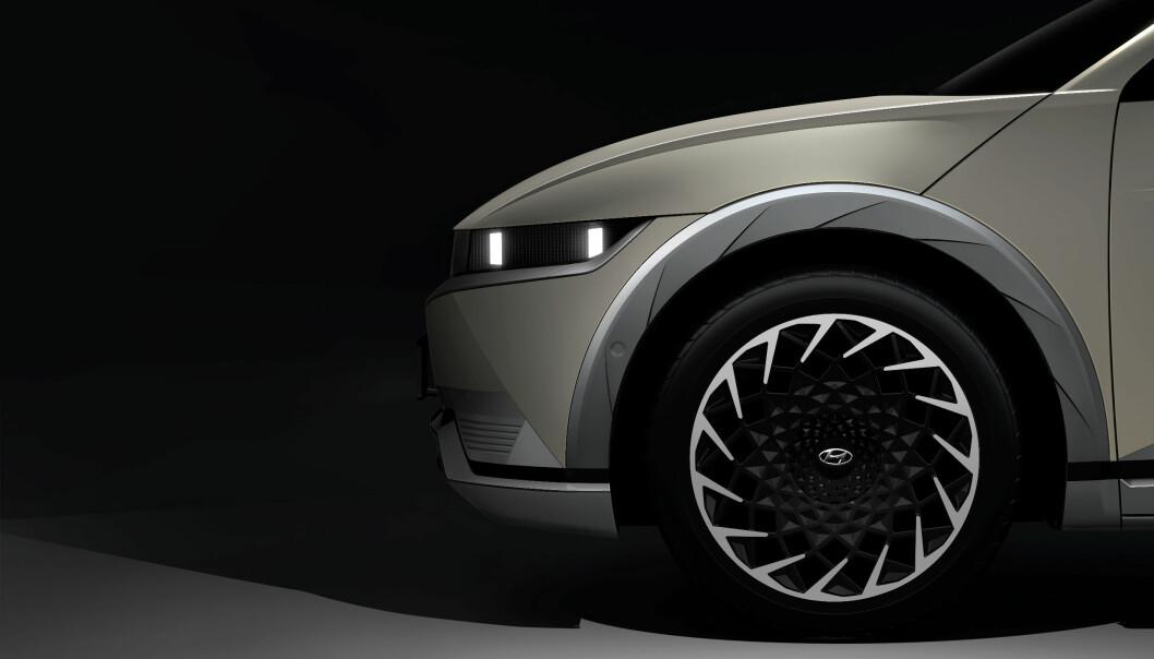 "<span class=""font-weight-bold"" data-lab-font_weight_desktop=""font-weight-bold"">20 TOMMER:</span> IONIQ5 er første elbil fra Hyundai som kan leveres med 20 tommers felger."