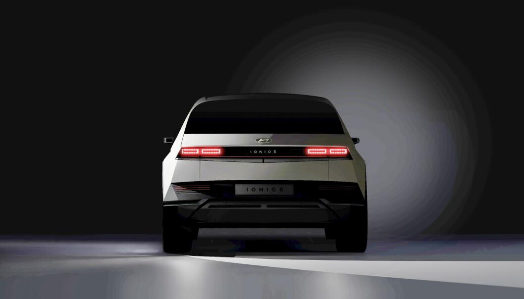 """<span class=""""font-weight-bold"""" data-lab-font_weight_desktop=""""font-weight-bold"""">SJEKK DEN HEKKEN:</span> Det er ikke mange likhetstrekk med den IONIQ-modellen som Hyundai har hatt rullende i noen år. Nå kommer en ny serie elbiler som har får navnet IONIQ – med 5 som den første."""
