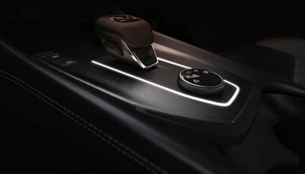 """<span class="""" font-weight-bold"""" data-lab-font_weight_desktop=""""font-weight-bold"""">NY STANDARD: </span>Nissan sier at kvalitetsfølelsen blir klasseledende i Qashqai. Her er detaljer fra midtkonsollen med gir- og kjøremodusvelger."""