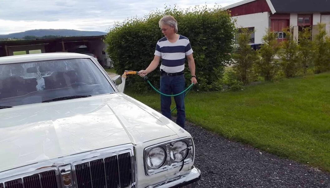 """<span class=""""font-weight-bold"""" data-lab-font_weight_desktop=""""font-weight-bold"""">VASKEDAG:</span> Hans Petter Skulstad med Datsun 200L, årgang 1977. For sønnen til en av landets tidligere store Datsun-forhandlere er bilen en slags ustoppelig evighetsmaskin."""