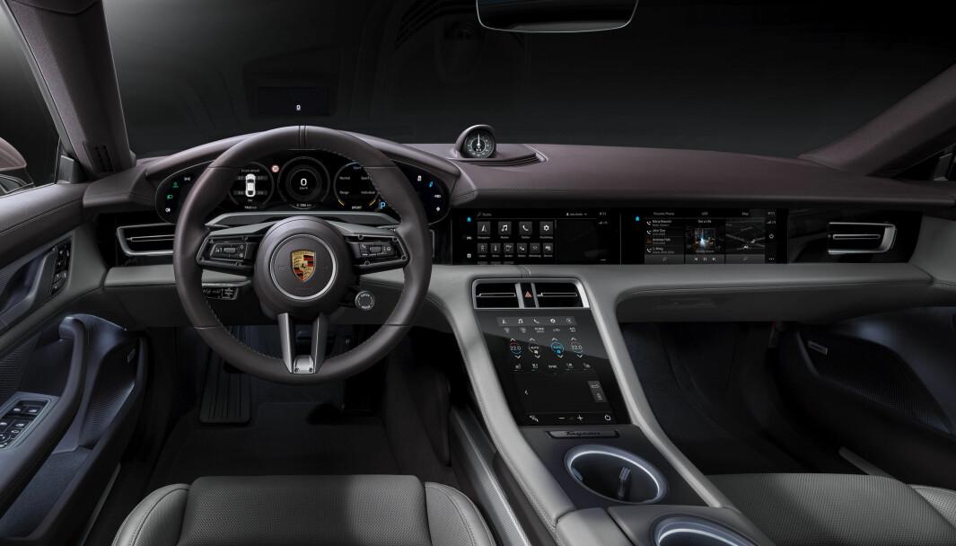 BLANDET SAMMEN: Tingretten mener politiet kan ha misforstått og trodd at bruk av skjermen nederst på midtkonsollen i Porsche Taycan var fikling med en mobiltelefon.