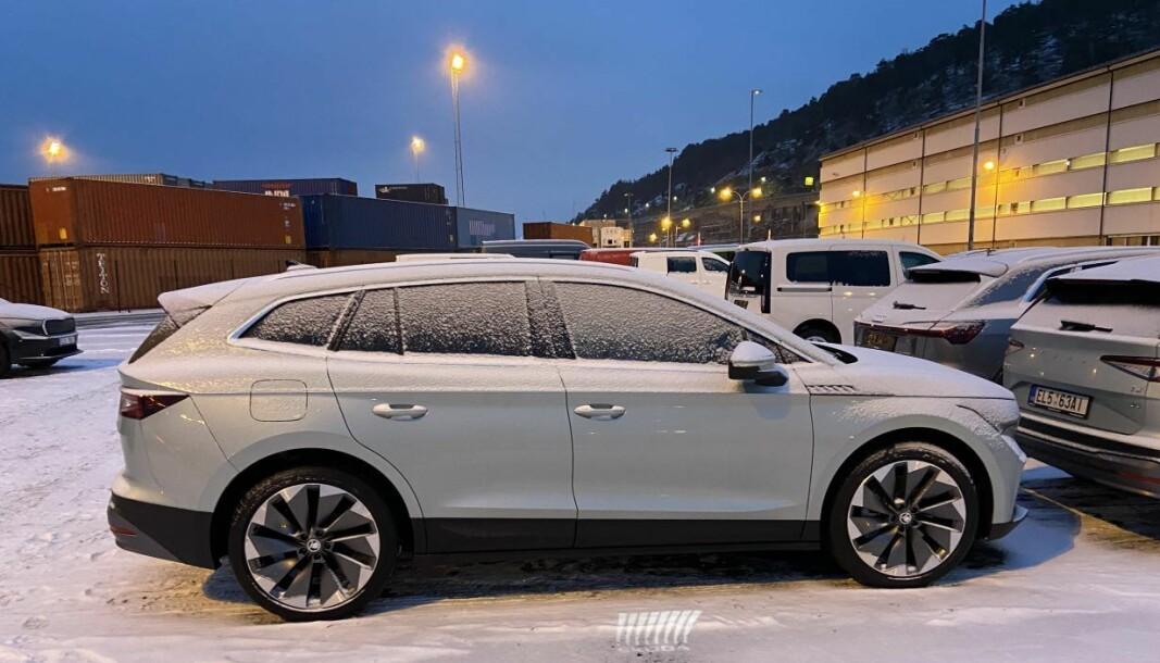 VENTETID: 25 Skoda Enyaq fotografert på Bækkelaget i Oslo i januar. I april leveres de første bilene til kundene.