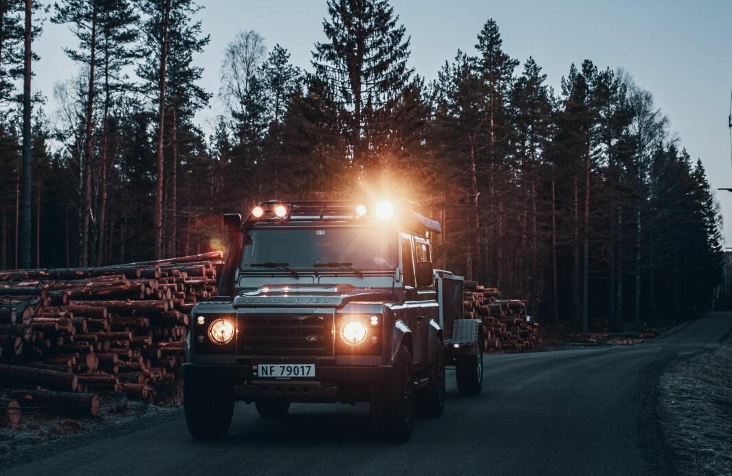"""<span class=""""font-weight-bold"""" data-lab-font_weight_desktop=""""font-weight-bold"""">STØ KURS: </span>Guy Haddelands spesielle Land Rover Defender har tilnavnet Puma 2,4 Tdci og er født i 2008."""
