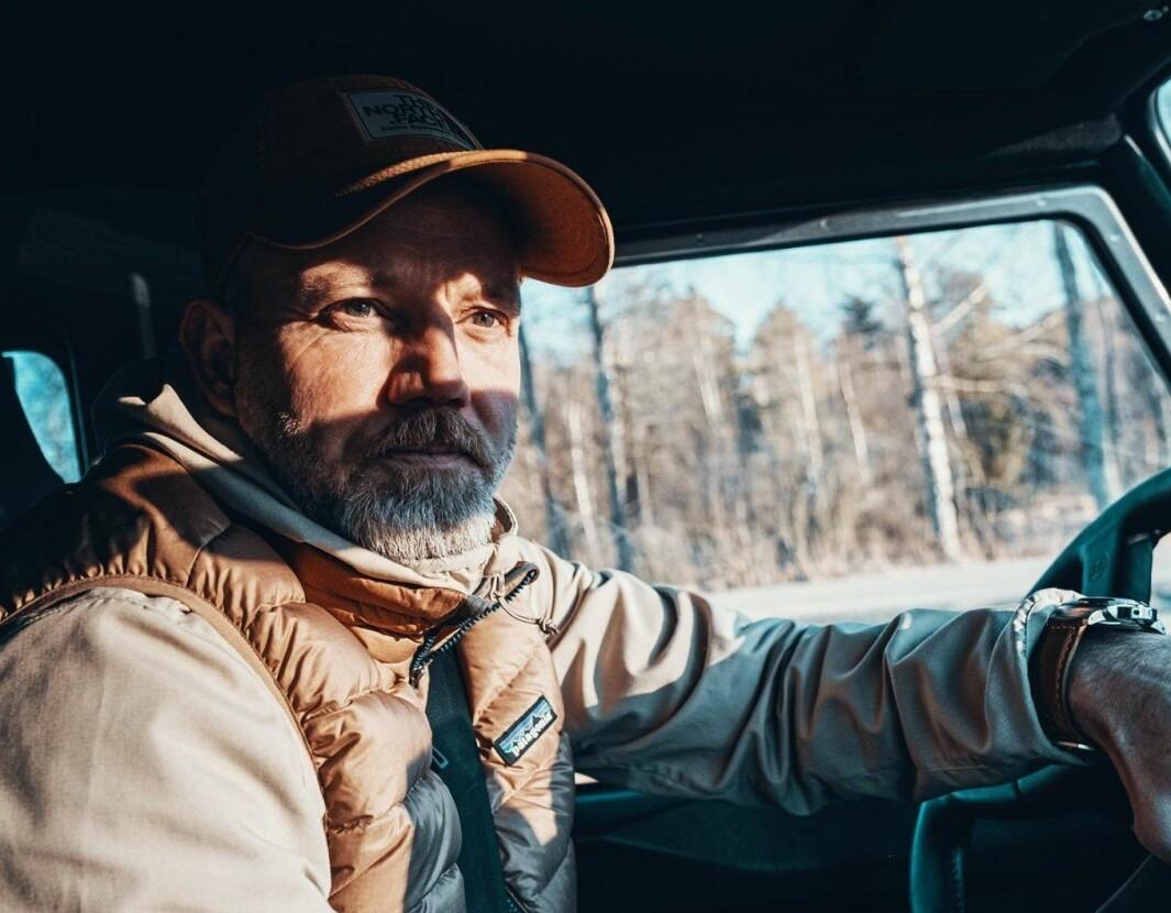 """<span class=""""font-weight-bold"""" data-lab-font_weight_desktop=""""font-weight-bold"""">KOMMANDOBRO:</span> Guy Haddeland bruker son Land Rover som utskytingsrampe for stadig nye ekspedisjoner gjennom samtlige sesonger."""