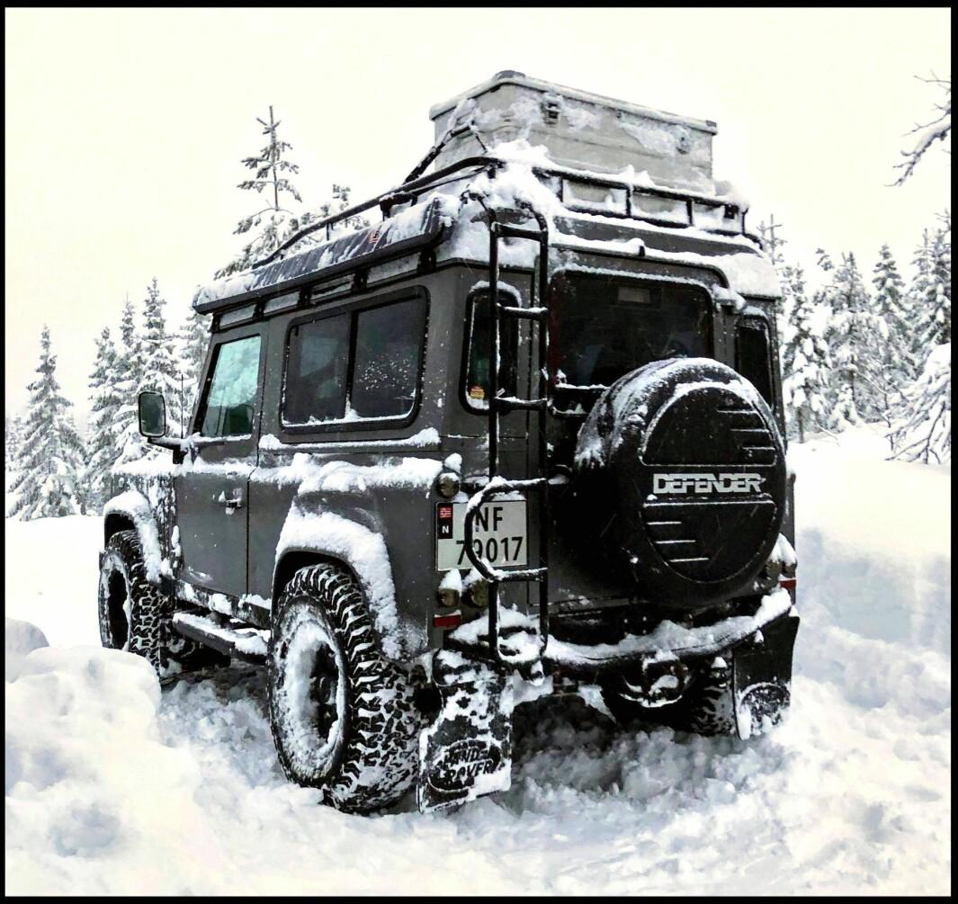 """<span class=""""font-weight-bold"""" data-lab-font_weight_desktop=""""font-weight-bold"""">PLOGFØRE: </span>Guy Haddeland reiser nesten aldri av gårde i Land Rover uten røslig tilbehør, som kasser på taket, campingvogn eller sykkelstativ."""