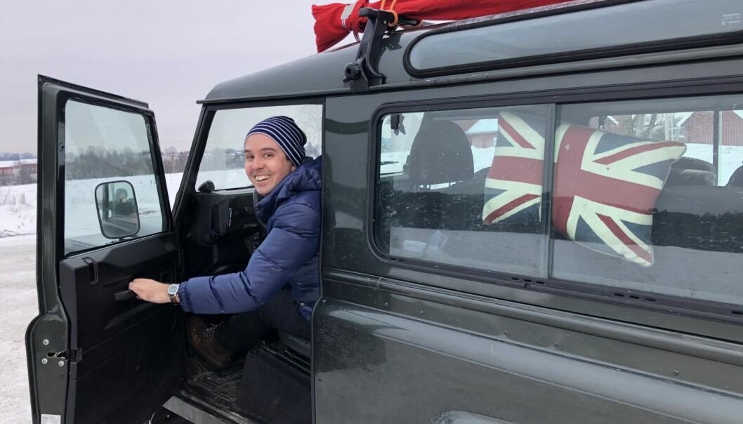 """<span class=""""font-weight-bold"""" data-lab-font_weight_desktop=""""font-weight-bold"""">FLAGGDAG: </span>Den som er i tvil om Land Rover defender er erkebritisk får hint ved hjelp av putetrekket til Peter Ulrik Jebsen."""