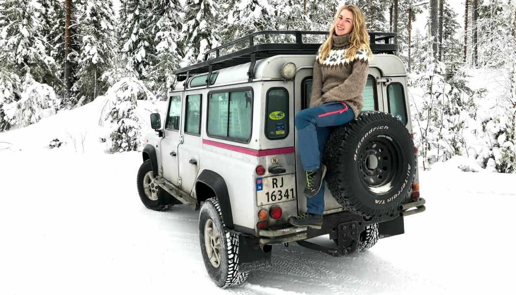 """<span class=""""font-weight-bold"""" data-lab-font_weight_desktop=""""font-weight-bold"""">VINTERDRØM:</span> Land Rover har flust med sitteplasser, også når Stine Karlsen prøvesitter eksteriøret. Ekstrautstyr som gigantisk takgrind gjør susen når man er en vennegjeng på tur."""