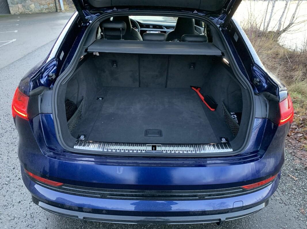 """<span class="""" font-weight-bold"""" data-lab-font_weight_desktop=""""font-weight-bold"""">ROMSLIG NOK:</span> Audi e-tron 60 S er en familiebil med masse krefter og, selv som Sportback, god plass innvendig selv om bagasjerommet er mindre enn i SUV-versjonen."""
