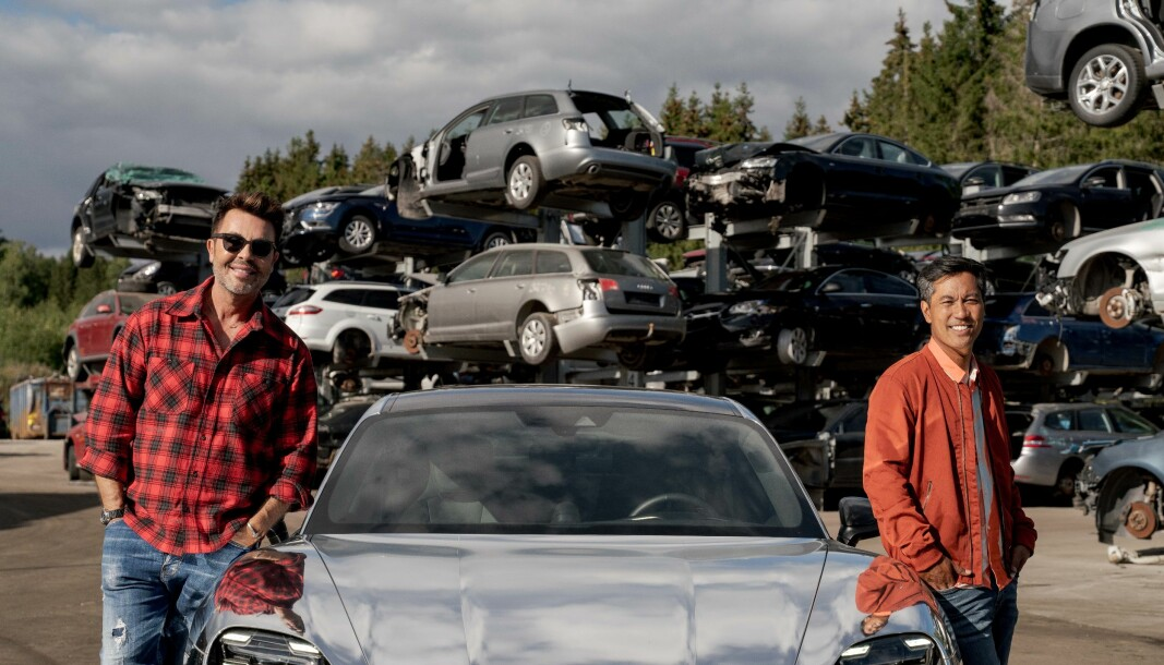 """<span class="""" font-weight-bold"""" data-lab-font_weight_desktop=""""font-weight-bold"""">SLØSESJOKKERT: </span>Christian Strand fikk med seg Jan Thomas i hans nye Porsche Taycan da temaet i «Sløsesjokket» var det store antallet elbiler som blir kondemnert i stedet for å bli reparert."""