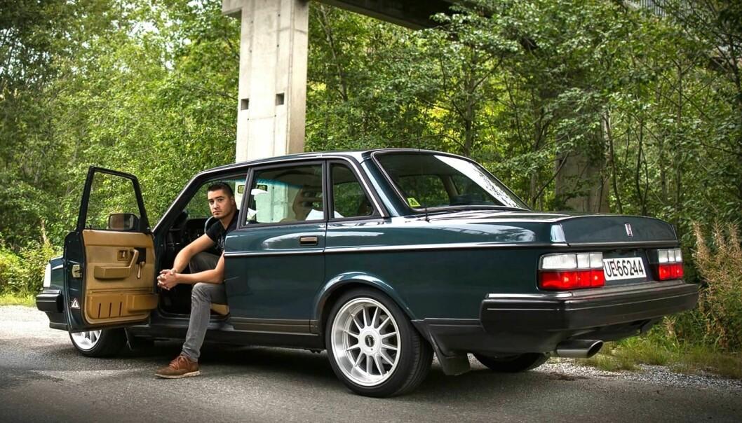 """<span class=""""font-weight-bold"""" data-lab-font_weight_desktop=""""font-weight-bold"""">INVITASJON:</span> Alexander Ambrosio i Møre og Romsdal satser mye tid og kjærlighet på å holde sin sjøgrønne Volvo 240 på veien."""