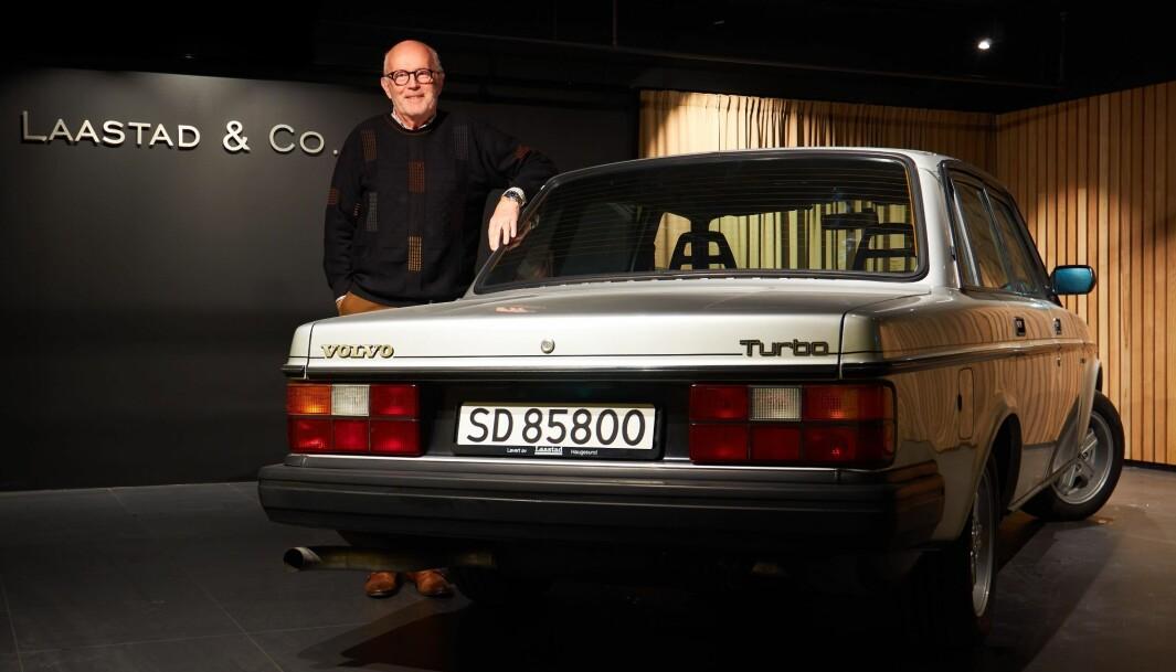"""<span class=""""font-weight-bold"""" data-lab-font_weight_desktop=""""font-weight-bold"""">TURBOMANNEN: </span>Bjarne Laastad drev Volvo-forhandleren med familienavnet – i mange år da 240 var den store stjernen. Nå har sønnen Haakon overtatt, og denne ettertraktede Turbo-versjonen fra tidlig 1990-tall er en del av prosjektet Laastad Classics."""