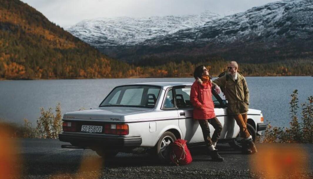 """<span class=""""font-weight-bold"""" data-lab-font_weight_desktop=""""font-weight-bold"""">VOLVOVINTER: </span>Volvo-familien Laastad er opptatt av å ta vare på Volvo-klassikerne. I samlingen har 240 Turbo blant annet fått selskap av en P1800 og en 480ES. Bildet viser Linn Sæbø og nåværende drifter av Laastad, Haakon Laastad."""