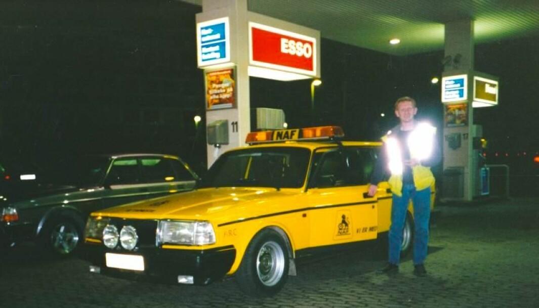 """<span class=""""font-weight-bold"""" data-lab-font_weight_desktop=""""font-weight-bold"""">NAF-VOLVOEN:</span> Egil Jakobsen blinker ut NAF-bilen Volvo 240 som sin triveligste arbeidsplass noensinne. Her er han i 1996 – på Esso-stasjonen på Ramstadsletta langs E18 i Bærum."""