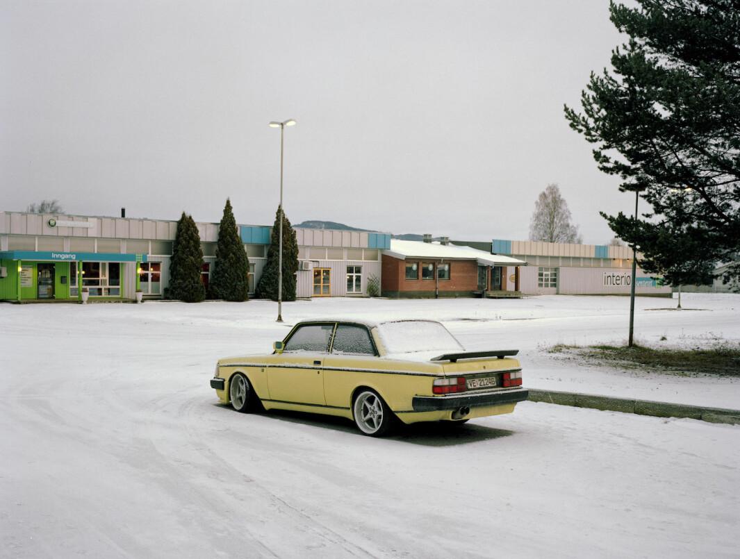 """<span class=""""font-weight-bold"""" data-lab-font_weight_desktop=""""font-weight-bold"""">VOLVSOM:</span> En hver Volvo gir voldsomt inntrykk når fotokunstner Helge Skodvin fanger den i sitt rette element: det norske landskapet."""