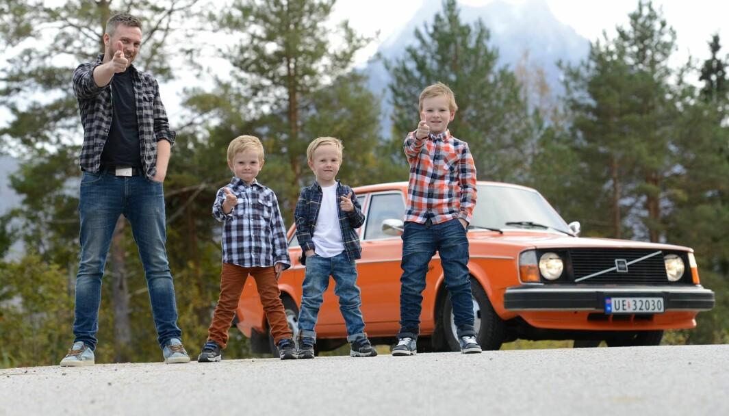 TOMMEL OPP: Svein Olaf Stensland og de tre guttene hans (fra venstre: Sander, Tobias og Oliver) koser seg med en av de første Volvo 240 som kom til landet.
