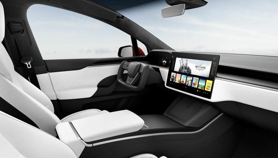 """<span class="""" font-weight-bold"""" data-lab-font_weight_desktop=""""font-weight-bold"""">REKTANGULÆRT:</span> I forrige uke la Tesla ut bildene av nytt interiør, med nytt ratt og liggende skjerm, i Model S og Model X (bildet, her i versjonen Plaid). Om «formel 1-rattet» kommer til Norge, vites ikke."""