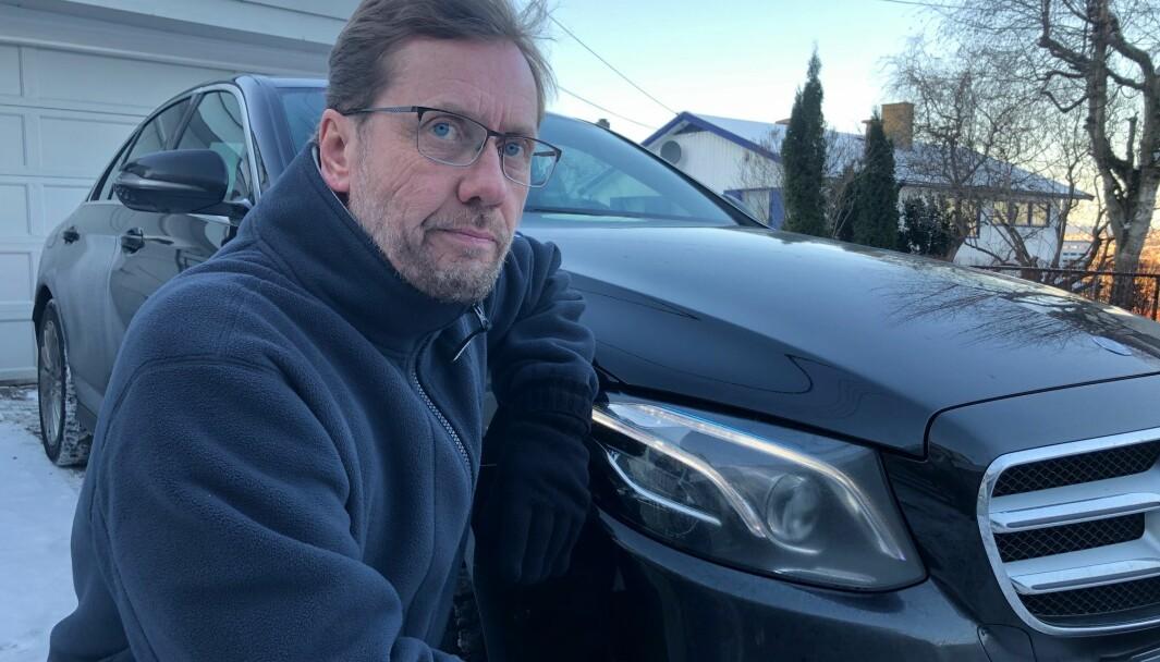 LITE LYS-TIG: Hans Mossin foran den ene av to duggende lykter på Mercedesen.